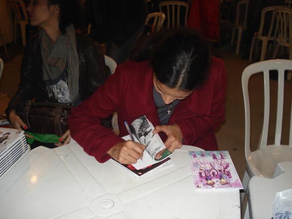 """Shiburana assinando um exemplar de """"Vitral"""""""
